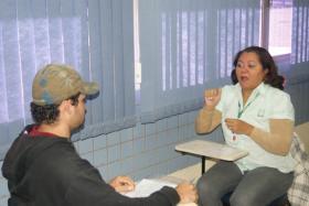 Detran-MS – Intérprete de Libras ajudam surdos a obter a Carteira de Habilitação